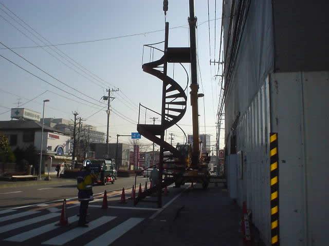 螺旋階段をクレーンを使って立てています