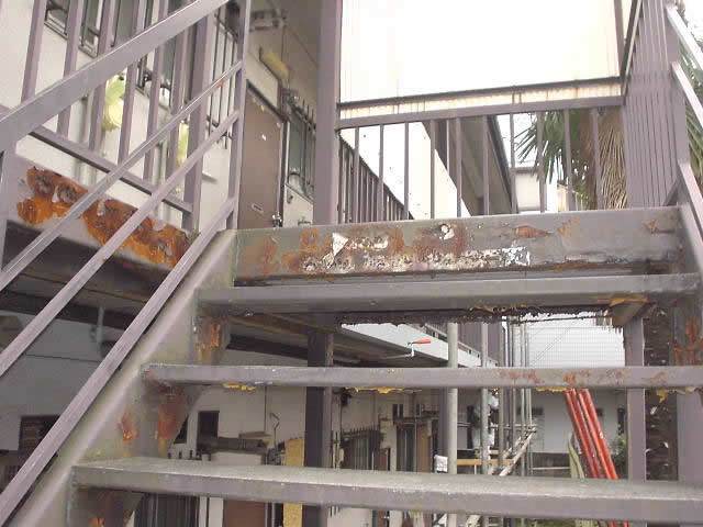 老朽化の進んだアパートの鉄骨階段