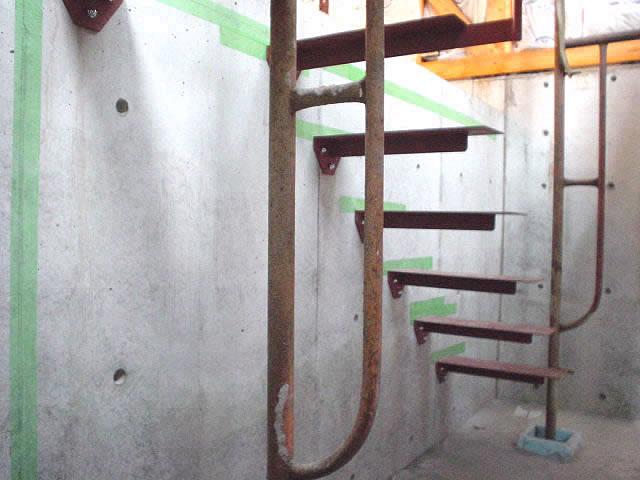 壁に一段ずつ施工された階段ステップ