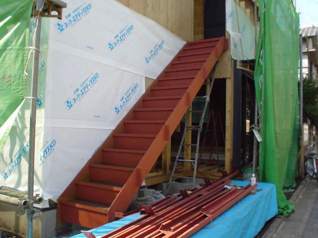 アパート用の鉄骨階段工事。階段の下は秘密の〇〇?