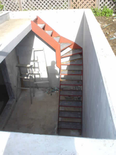 ドライエリアへ降りる鉄骨階段