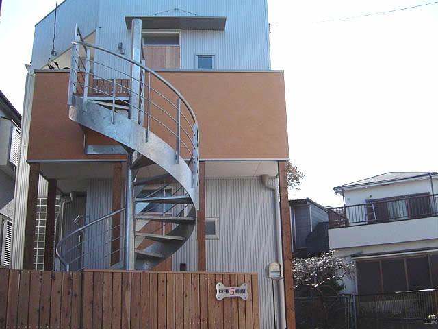 設置された螺旋階段を横から見ている