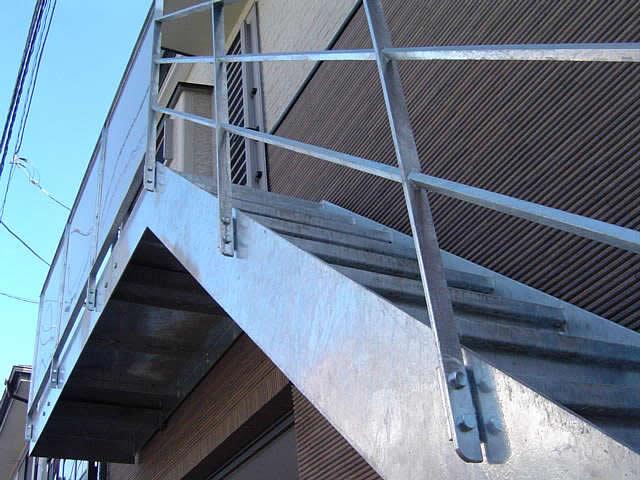 下から見上げるドブ漬けされた鉄骨階段