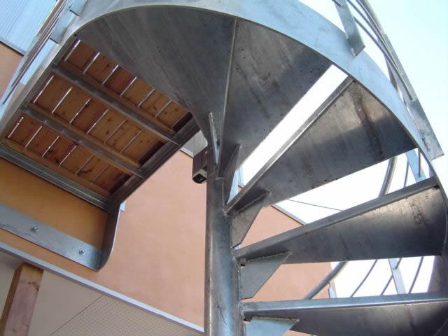 下から見上た螺旋階段の踊り場