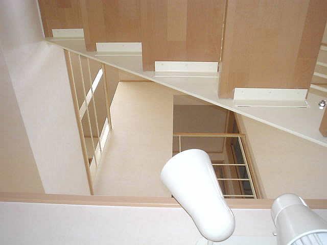 下から階段の木製ステップを見上げる
