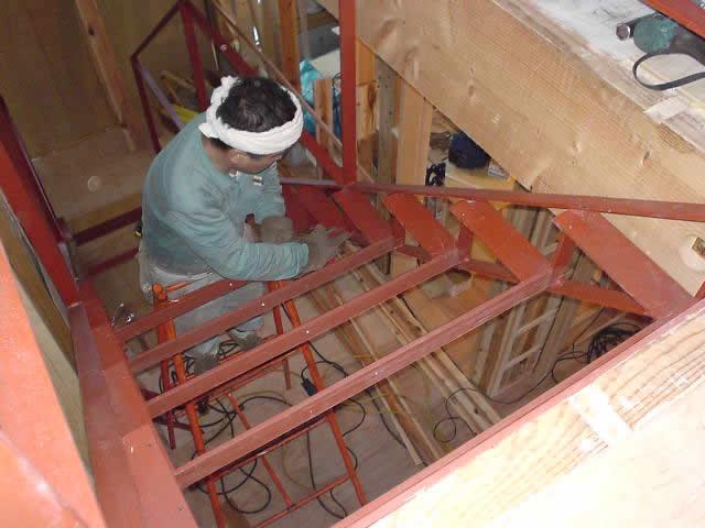木造住宅の中に鉄骨階段を施工する