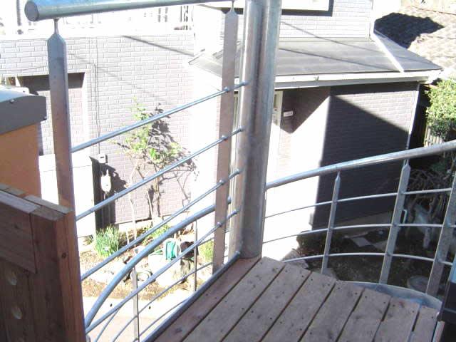 木製床材を使用したデザイン螺旋階段