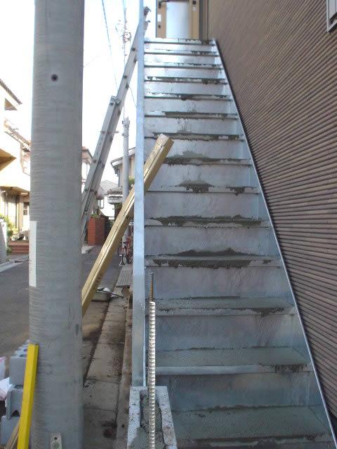 階段の踏み面のモルタルが見える