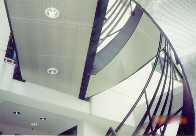 階段の裏側はパンチングメタル