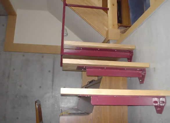 浮いているように見える階段