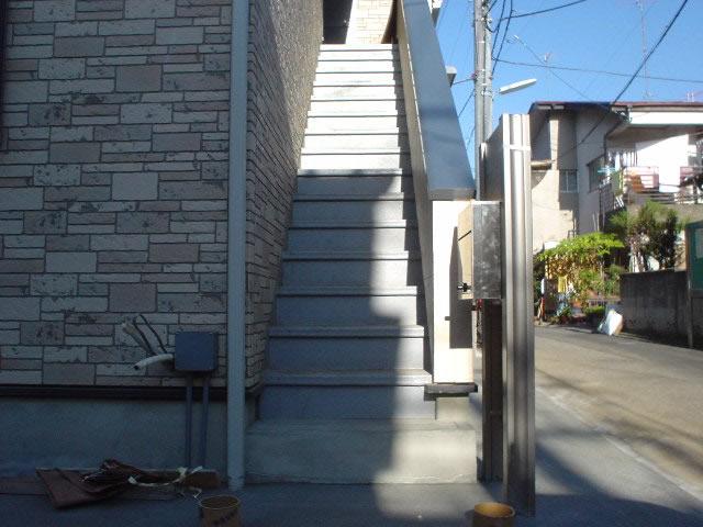 アパート鉄骨階段の前面