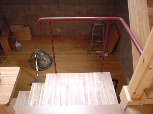 室内階段では足のつくステップは木製が多い
