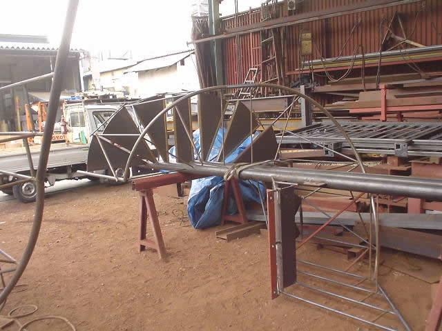 自社工場で螺旋階段を手作り