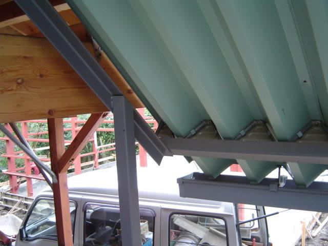 階段の屋根は折板を使用