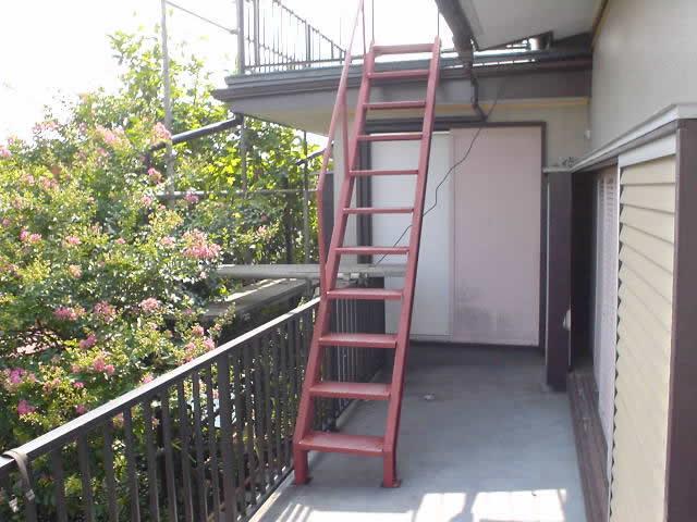 設置された鉄骨階段
