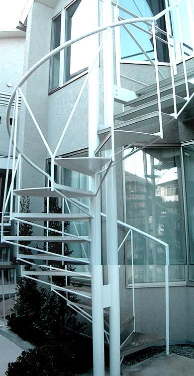 なるほど!限られた敷地内だからこその螺旋階段?