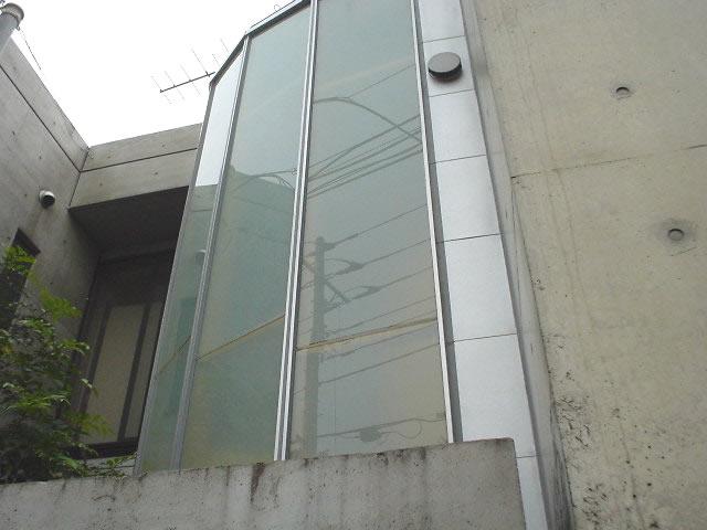 ガラス貼りの階段室