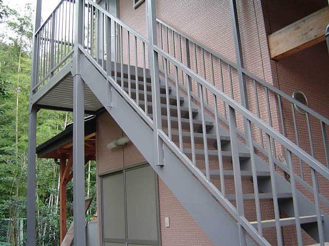 大地主さんのお庭はほぼ手つかずの自然。で、機能優先の鉄砲階段
