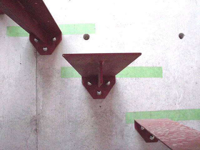片持ち階段のステップをアンカーで固定