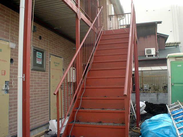 軽量鉄骨で構成されたアパートの廊下と階段