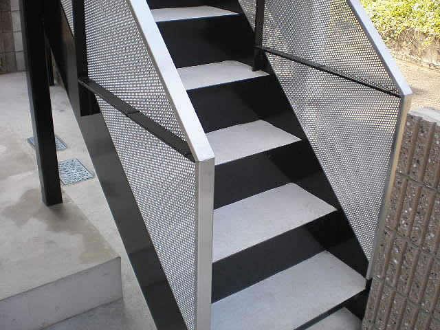 新築の鉄骨階段