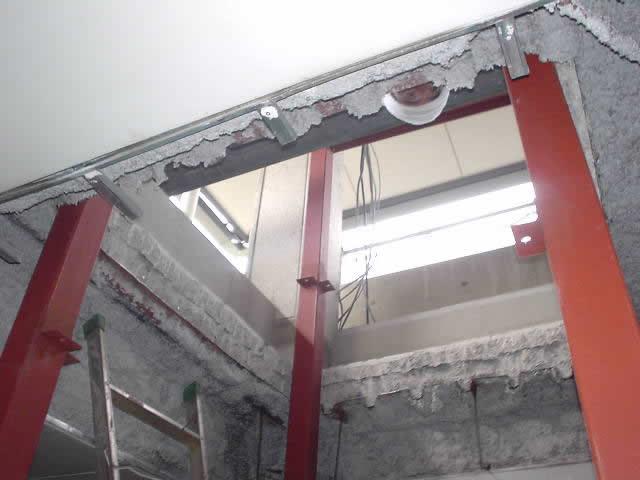 ぶち抜きの天井に鉄骨材を通す
