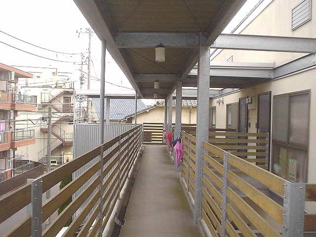 2階廊下と手摺と屋根が見えている
