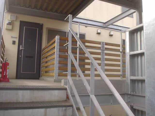 2階から降りる鉄骨階段