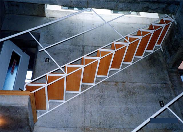 下から見上げたストリップ鉄骨階段