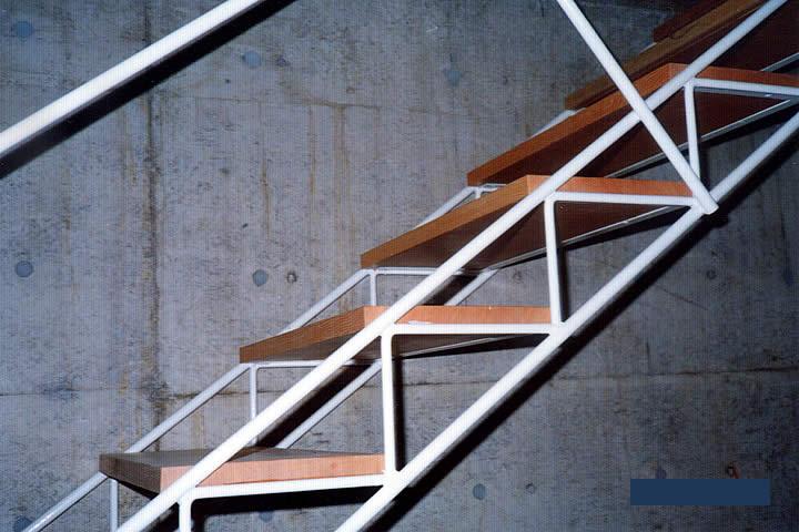 ストリップ階段を横から見ている。ステップは木材(別途)。
