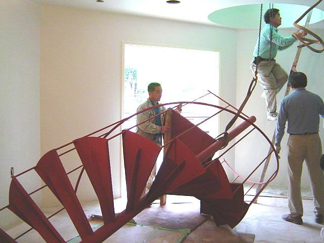 螺旋階段を人力で上げていく。