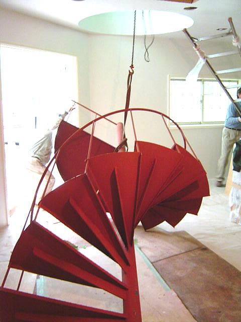 螺旋階段をチェーンブロックで吊り上げる