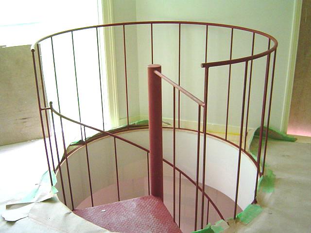 施工完了したばかりの螺旋階段。さび止め