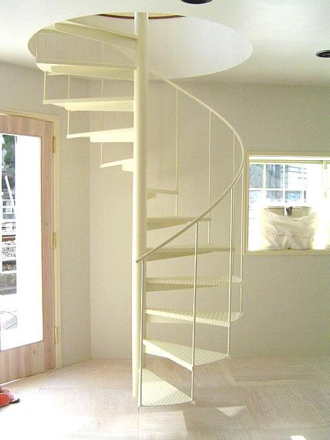 白色の螺旋階段