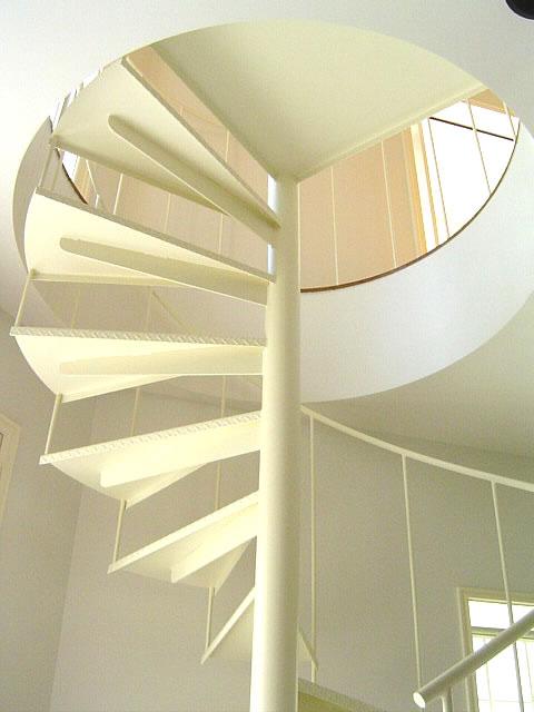 白色に塗装された螺旋階段を下から見る