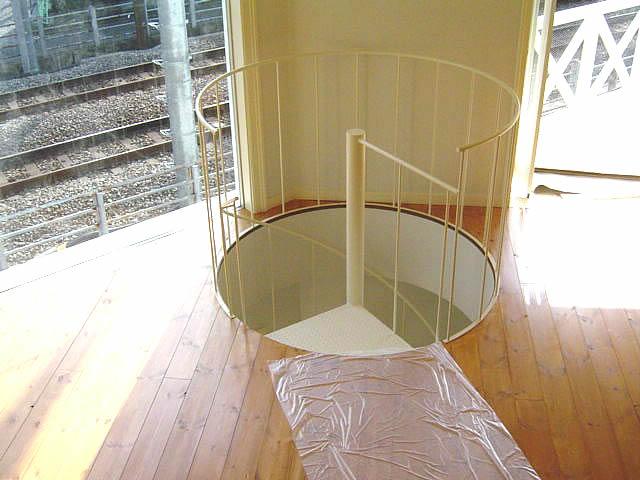 螺旋階段が通過する穴に転落防止の手摺