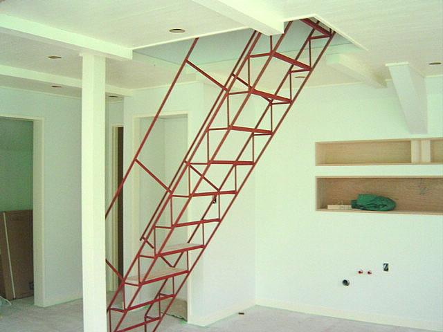 塗装される前、ステップがつく前の階段写真