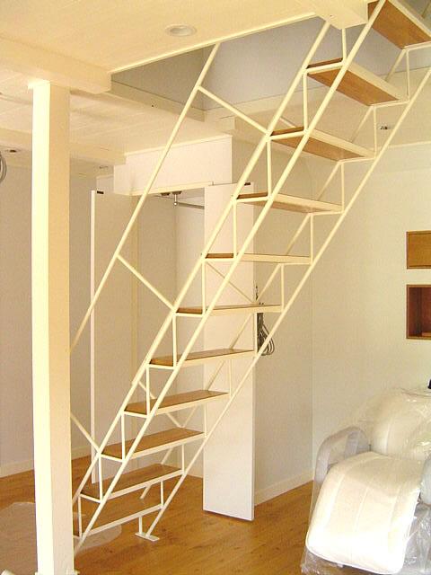 白い仕上げの鉄骨階段の全体図