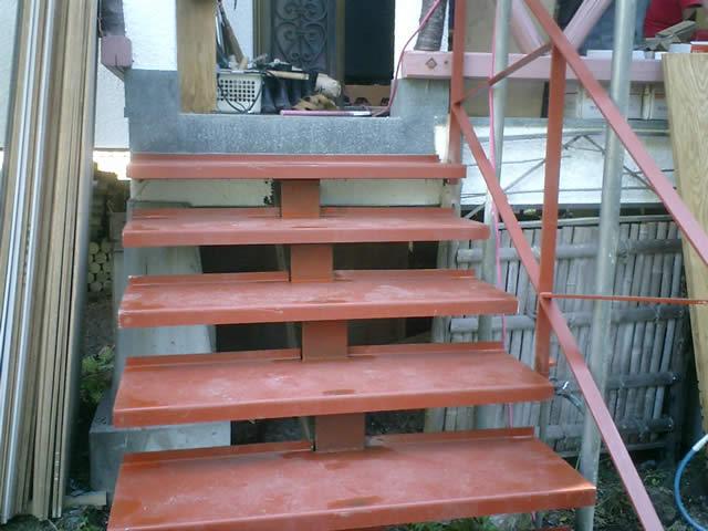 前から見ると新しい鉄骨階段にそっくり