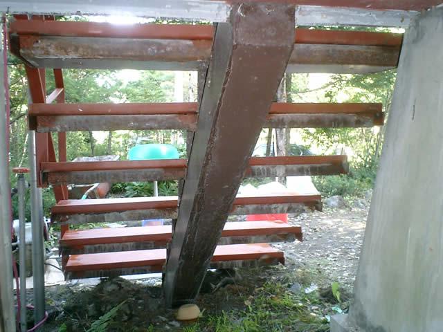 階段を裏から見ています。構造部分はそのまま