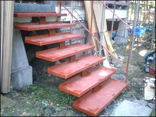 古くなった階段をリニューアルして再利用します