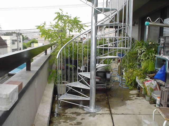 バルコニーに増築された螺旋階段の足元