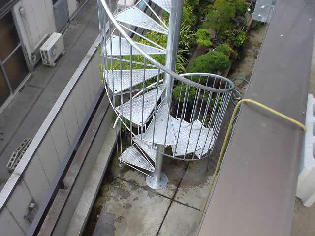 螺旋階段の手摺は目の細かい縦格子