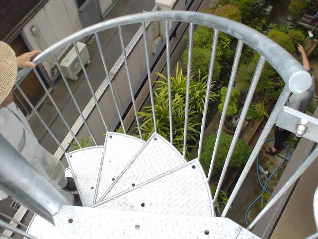 屋上に上がる螺旋階段を上から見る
