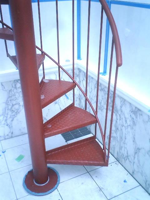 小型螺旋階段の足元のアップ