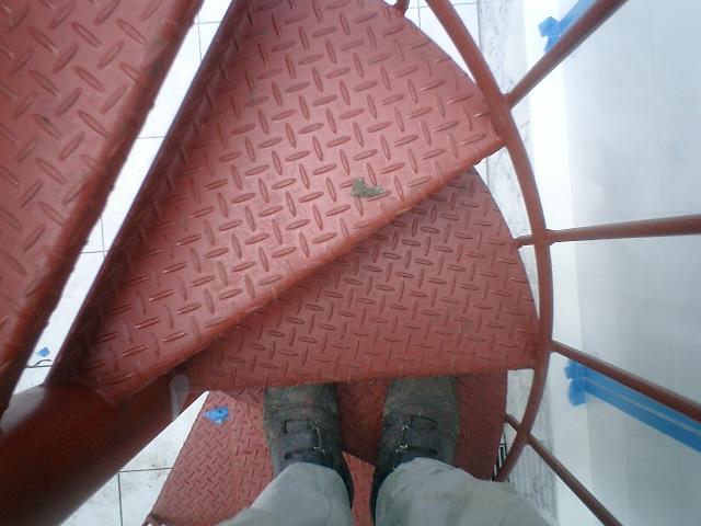 螺旋階段のステップは縞板鋼板を使用。厚みは4.5mm