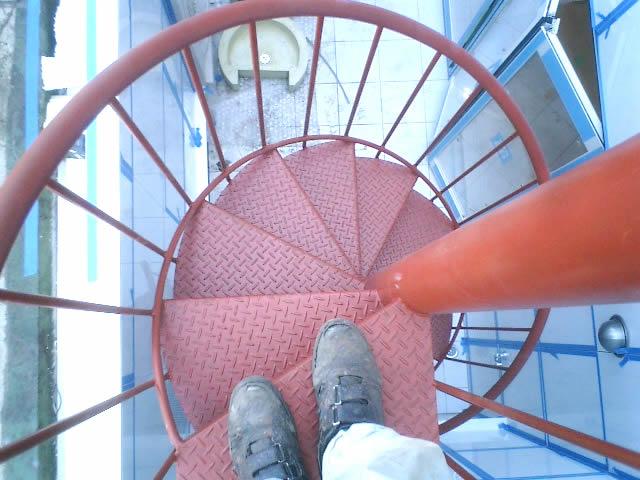 螺旋階段を見下ろしている