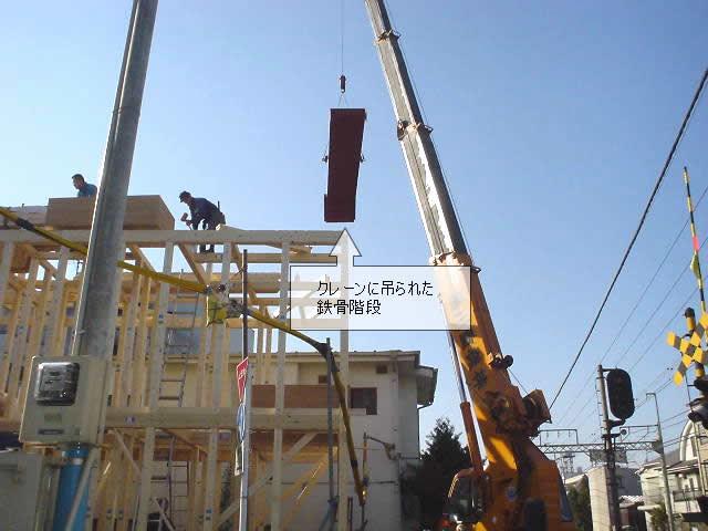 鉄骨階段を吊り上げるクレーン