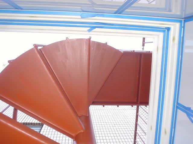 螺旋階段を真下から見上げる