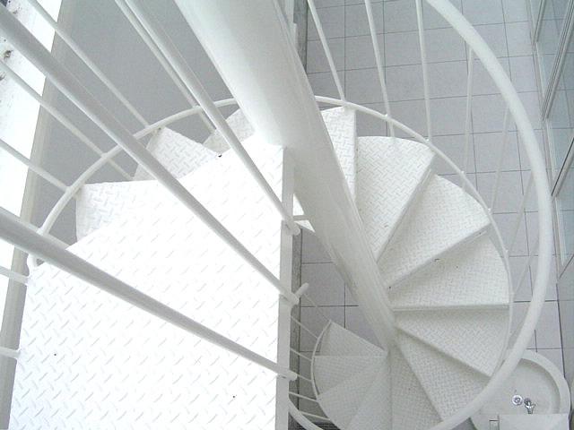 白色になった螺旋階段